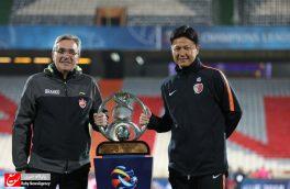 عکس یادگاری سرمربیان پرسپولیس و کاشیما با جام قهرمانی