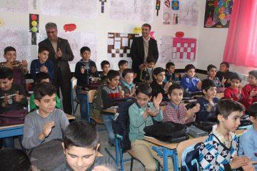 ۸۰۰ عدد کیف با بسته لوازمالتحریر در بین دانشآموزان مدارس «ننله» و «قلیان» توزیع شد
