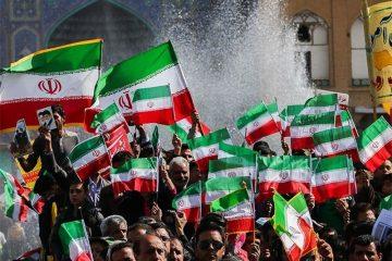 اصفهانیها زیر بارش رحمت الهی پیروزی انقلاب را جشن گرفتند