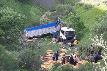 سقوط مرگبار تریلی به درهای در پاوه/ راننده جان خود را از دست داد