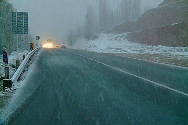 برف و کولاک در کوهرنگ/ تردد با زنجیر چرخ امکان پذیر است