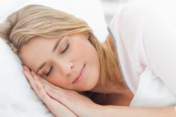 ۸ اشتباه رایج قبل از خواب، که به پوست آسیب میرساند